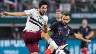 Pizarro pelea un balón en un juego del Tri