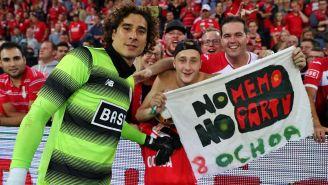 Guillermo Ochoa posa con fans del Standard Lieja