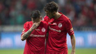 Santiago García consuela a uno de sus compañeros tras perder la Final