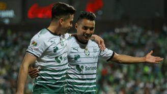 Gallito Vázquez junto con David Andrade en un duelo de Santos
