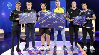 Los jugadores del Brondby (centro) sostienen su cheque de campeón tras ganar el torneo