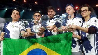 Los jugadores de la Escuadra Líquida presumen sus trofeos de campeones