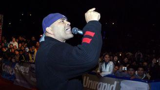 Konnan habla con el público durante un evento