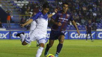 Diego Cardozo disputa un balón en el Celaya vs Atlante del C2018