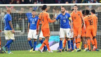 Jugadores de Holanda e Italia, durante un partido amistoso