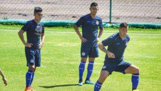 Caraglio controla el balón en su primer práctica con Cruz Azul