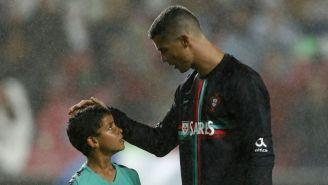 Cristiano Ronaldo platica con su hijo