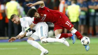 Sergio Ramos comete falta a Mohamed Salah