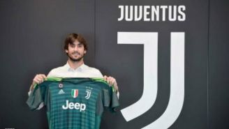 Mattia Perin posa con una playera de la Juventus