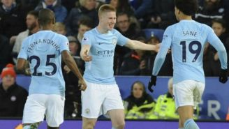 Jugadores del Man City celebran con De Bruyne