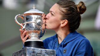 Simona Halep besa su trofeo al conquistar Roland Garros