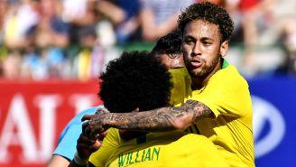 Neymar festeja gol contra Austria en Viena