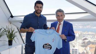 Néstor Araujo posa con la camiseta del Celta de Vigo