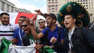Aficionados alientan a México en la Plaza Roja de Moscú