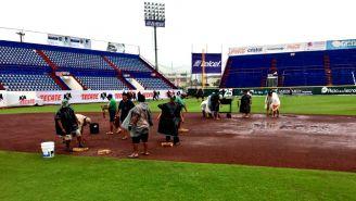 Personal prepara el terreno de juego del Estadio Beto Ávila