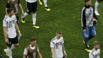 Jugadores de Alemania salen deconsolados tras derrota contra México