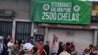 Gente esperando su cerveza gratis por el triunfo de México