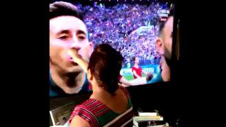 Mujer le da la bendición a Héctor Herrera