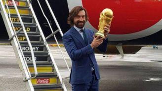 Andrea Pirlo sostiene la Copa del Mundo