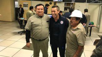 Caixinha sonríe junto a trabajadores de la Ciudad Cooperativa