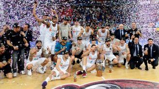 Los jugadores del Real Madrid, posando con el trofeo de la Liga Endesa