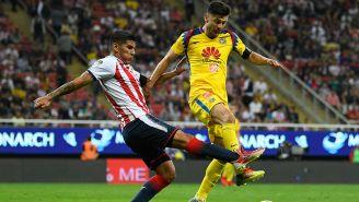 Salcido y Oribe pelean un balón en el Clásico Nacional