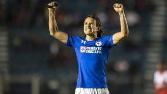 Gerardo Flores festeja un gol con Cruz Azul