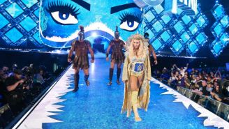Charlotte Flair caminando al ring de WWE