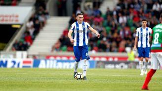 Héctor Herrera conduce el balón en un juego con el Porto