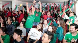 Aficionados mexicanos gritan el gol de Vela