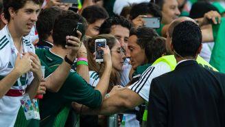 Andrés Guardado, con su esposa tras el juego frente a Corea