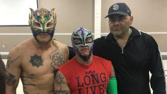 Rey Fénix, Rey Mysterio y Konnan durante un evento de lucha libre