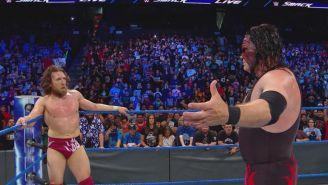 Kane le quiere dar un abrazo a Daniel Bryan