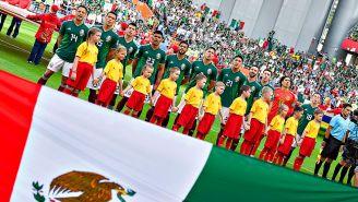 Jugadores de la Selección Mexicana, durante el himno nacional