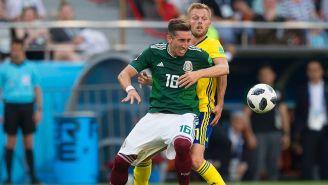Héctor Herrera en la disputa por el balón contra Suecia