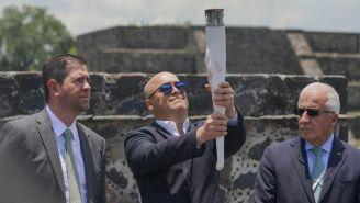 Alfredo Castillo y Baltazar Medina durante el encendido del fuego nuevo previo a los JCC