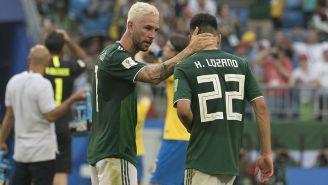 Miguel Layún consuela a Lozano tras juego contra Brasil