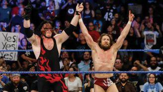 Kane y Daniel Bryan festejan en el ring