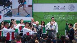 Enrique Peña Nieto y atletas mexicanos durante abanderamiento previo a Juegos Centroamericanos