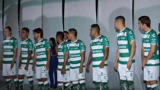 Jugadores de Santos posan con la nueva camiseta