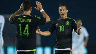 Chicharito y Guardado celebran un gol en un partido