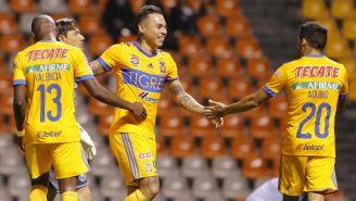 Jugadores de Tigres celebran victoria frente a Tigres en el Clausura 2018