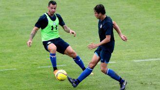 Caraglio intenta hacerse con el esférico en pretemporada con Cruz Azul