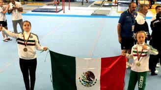 Bibi Wetzel (d) porta la bandera de México