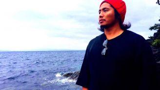 Hiromu Takahashi posa en la playa