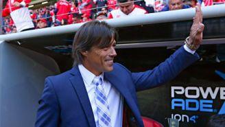 Matías Almeyda saluda a la afición en un juego de Chivas