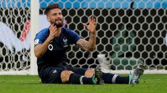 Giroud protesta en el césped durante el partido contra Bélgica