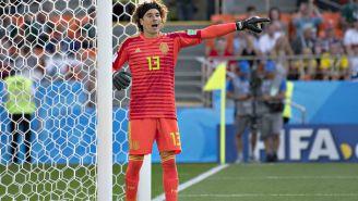 Ochoa da instrucciones a sus compañeros en tiro de esquina durante la Copa del Mundo