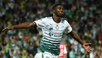 Djaniny Tavares festeja un gol con Santos Laguna