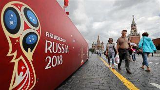 Aficionados pasean por la Plaza Roja en Moscú, Rusia